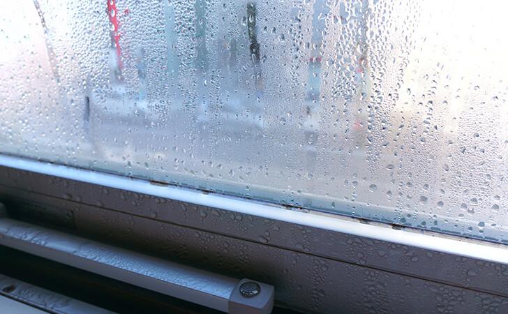 結露している窓